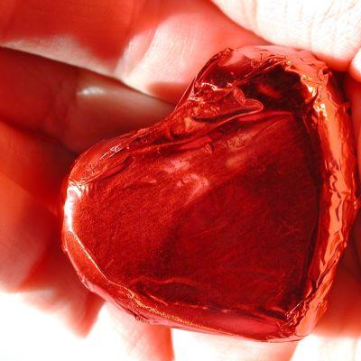 Angina pectoris kan kännas som en kramande känsla över bröstet. Bild:Yle/Arja Lento