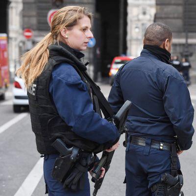 Poliiseja Louvren taidemuseolla Pariisissa 2. helmikuuta.