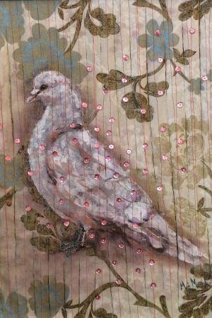 Taulu missä on lintu maalattu ja paljetit ommeltu kiinni sen päälle