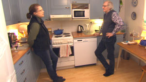Kaj Hedman och Penny Colston står i köket