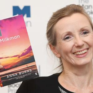 """Anna Burns visar upp sin roman """"Milkman"""" under utdelningen av Man Booker Prize of Fiction i Guildhall i London den 16 oktober 2018."""