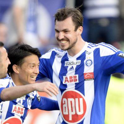 HJK:n Erfan Zeneli, Atomu Tanaka ja Mike Havenaar juhlivat maalia SJK:n verkkoon.