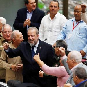 Firande man omgiven av en folkskara.