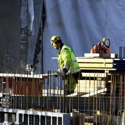 Byggarbetare i Sörnäs i Helsingfors.