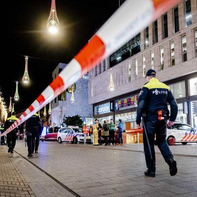 Poliisi eristi Grote Marktstraat -kadun Haagissa puukotusvälikohtauksen jälkeen.
