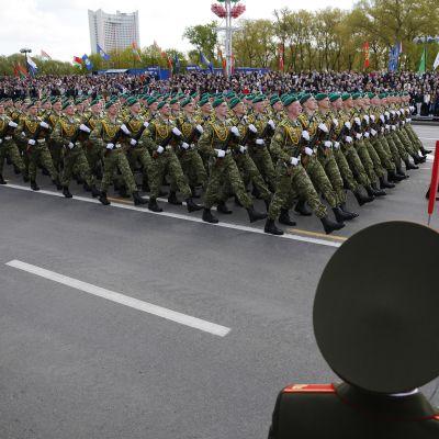 Kuvassa on käynnissä voitonpäivän paraati Valko-Venäjällä.