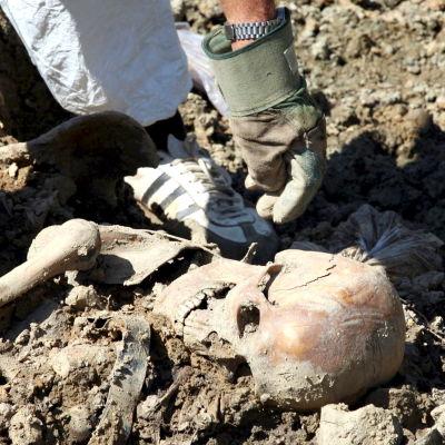 Experter identifierar kvarlevor i en massgrav  i Kasmenica, nära staden Zvornik. Bild från 14 augusti 2008.