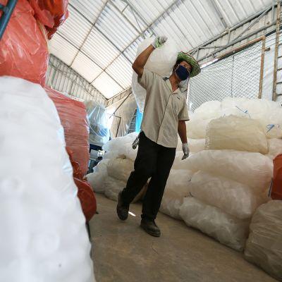 Kierrätysmuovia säkeissä varastossa Ayutthayassa Thaimaassa.