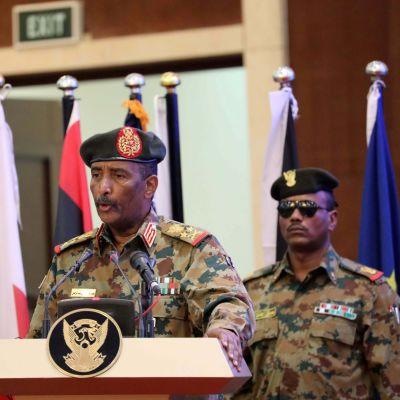 Kenraali Abdel Fattah al-Burhan Sudanin puhui elokuun 17. päivänä seremoniassa, jossa allekirjoitettiin asiakirjat siirtymäajan hallinnosta.