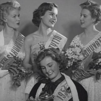 Leni Katajakoski (oik.) Elokuvatyttönä Miss Suomi -kilpaluissa 1954
