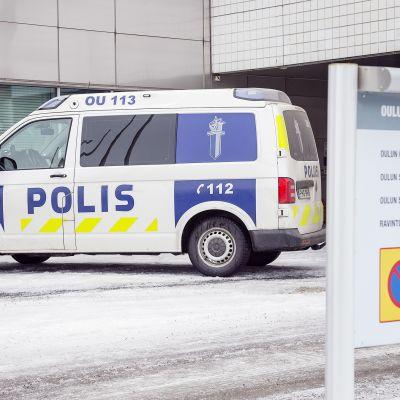 Poliisiauto Oulun oikeustalon edustalla.