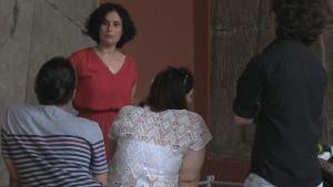 Kefah Ali Deeb guidar flyktingar på museibesök.