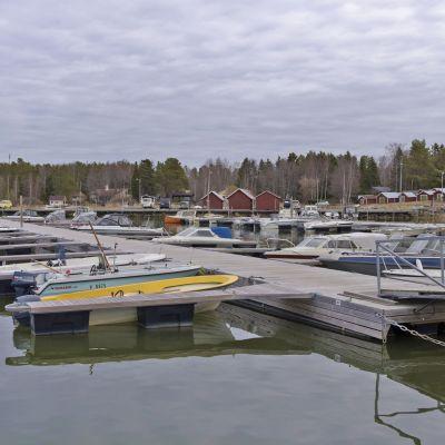 Båtar vid bryggan i Gerby i Vasa.