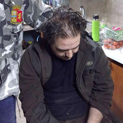 Italian poliisin julkaisema kuva Etelä-Italian vuoristoalueella pidätetystä miehestä.
