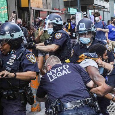New Yorkin poliisit ja mielenosoittajat ottivat yhteen 30. toukokuuta.