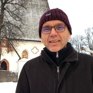 Biskopen Björn Vikström utanför Borgå domkyrka.