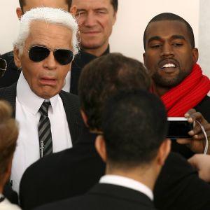 Kanye West poserar tillsammans med Karl Lagerfeld