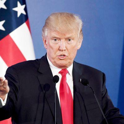 Donald Trump tiedotustilaisuudessa Varsovassa.