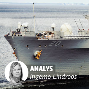 Analys Ingemo Lindroos. Amerikanskt militärfartyg på bakgrunden.