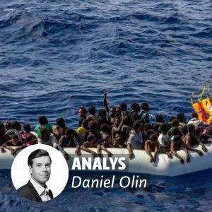 Flyktingar räddas ur medelhavet. På bilden står det analys av Daniel Olin.