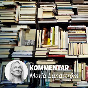 Maria Lundström framför en hög av böcker på bokmässan.