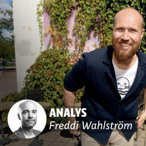 De grönas leende ordförande Touko Aalto i bakgrunden. I förgrunden texten Analys Freddi Wahlström, och en bild på Freddi Wahlström.