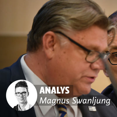 Analys Magnus Swanljung. Timo Soini och Juha Sipilä i bakgrunden