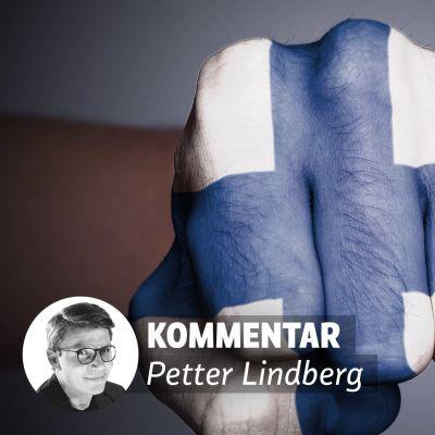 En knytnäve med Finlands flagga påmålad.