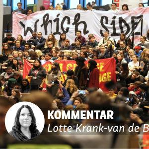 Bild på Lotte Krank-van de Burgt i förgrunden, i bakgrunden demonstranter samlade i Katowice i Polen.