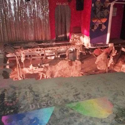 Stort hål i golvet på en nattklubb i Teneriffa.