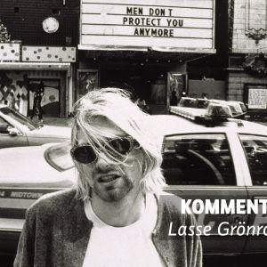 Lasse Grönroos kommentarsfoto för Kurt Cobain som står framför polisbil.