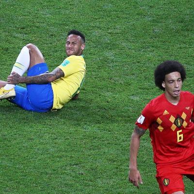 Neymar har gjort sig illa i VM-semifinalen. Belgiens Axel Witsel till höger.