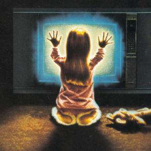 Flicka med ryggen vänd mot tittaren håller händerna mot blåvitlysande tv-skärm. Från Poltergeist-filmens plansch.