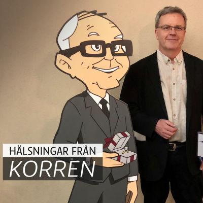 Bengt Östling står bakom två figurer i papp.
