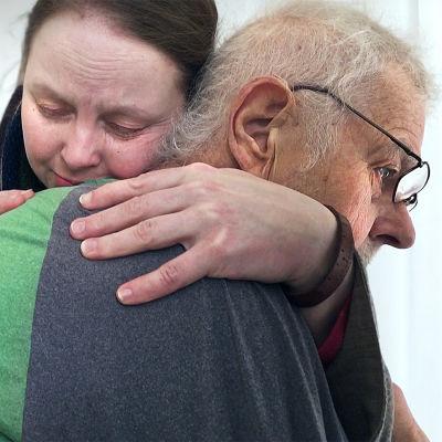 Sanni Lehtinen halaa isäänsä Antti Lehtistä.
