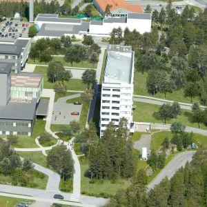 Kainuun uuden sairaalan oikealla puolella on vanha potilastorni.