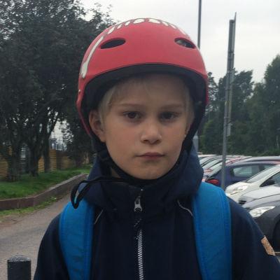 Troy Ekholm, 10 år, står invid cykelvägen vid Hoplax tågstation.