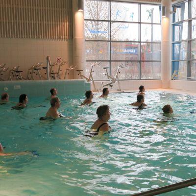 Vesijumppaa Kangasalan uimahallissa