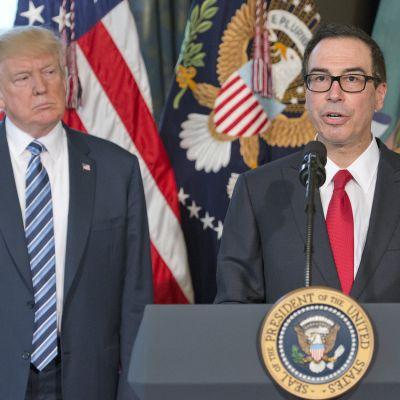 Presidentti Donald Trump ja valtiovarainministeri Steven Mnuchin kuvattuna huhtikuussa 2017.