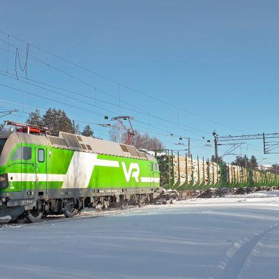 VR:n uusi sähköveturi Vectron SR 3 kuljettaa puutavarajunaa Kemijärveltä Kemiin.
