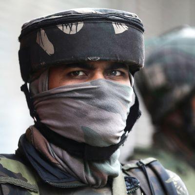 Intian puolisotilaalisten joukkojen sotilaat vartiossa.