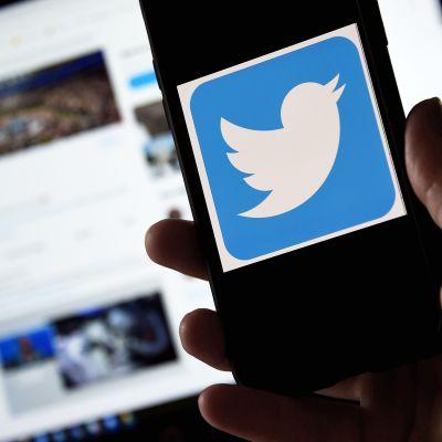 Twitter-logo puhelimen näytössä.