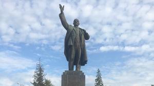 Man bramför Leninstaty