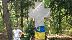 Kaj Arnö vid grav i Lviv