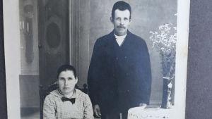 Gammalt porträtt på make och maka