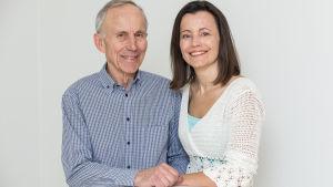 Äldre man och yngre kvinna, far och dotter, sitter tillsammans