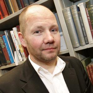Porträttbild på Peter Englund.