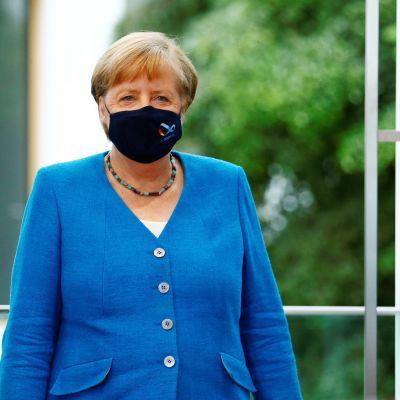 Merkel kävelee maski kasvoillaan