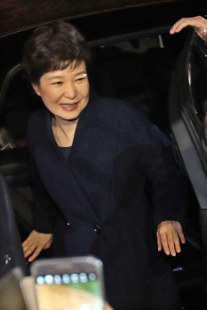 Park Geun-Hye anlände till sitt residens i en välbärgad stadsdel i Seoul