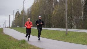 Amanda ja Heikki Kainulainen juoksevat virtuaalista Helsinkio City Run puolimaratonia Vantaalla.